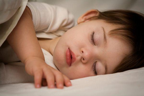 Що робити, якщо дитина скрипить зубами уві сні?